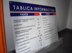 Tablica informacyjna w holu