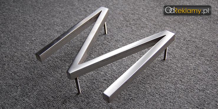 Litery z litej stali